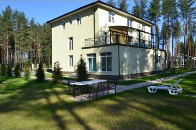 Впервые сдается новый 3-х уровневый коттедж 600 кв. м. в элитном закрытом поселке Охтинский парк, в шести км. от КАД (Мега-Парнас). В доме установлена охранная сигнализация.  Участок 20 соток, огорожен, ландшафтный дизайн, место для баркебю, зона отдыха, парковка для 2 а/м.  1 этаж: большая прихожая, гостевая комната, спорт зал, прачечная, с/у, бассейн, сауна котельная.  2 этаж: гостиная, кухня, кабинет, спальня, терраса 70 м.кв.  3 этаж: 4 спальни, 2 с/у, балкон.  Путь на автомобиле из…