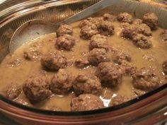 Ragout de boulette à l'ancienne  de Corralou - 2 livres de bœuf haché maigre 1 paquet de trois viande bœuf/porc/veau 1 petit oignon émincé Poivre au gout Sel au gout 1 ou 2 oeufs battus au ...