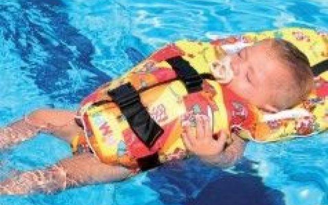 Bimbi in estate: come scegliere il salvagente per un neonato Con l'arrivo della bella stagione sono in molti i genitori che si stanno già ponendo la non facile neonato salvagente estate bambini