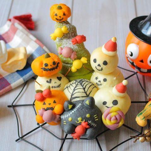 2016.10.31.mon.☀︎ ⋆ Happy Halloween( ´͈ ᵕ `͈ )◞♡ ⋆ #五感で楽しむパンアート ▷あわてんぼうのハロウィンゴースト👻 ▷以前載せたハロウィンパンのゴースト達、 焦って仮装の準備をしたらなんと イベントが混ざってしまった⁉️⁉️(笑) ⋆ 飾りつけはハロウィンのお菓子、 仮装はクリスマス⁉️ 骸骨達は雪だるまに変身⁉️ ⋆ なんだか大慌てなハロウィンですが、 みんなで楽しんでいるようなので 良しとしますか😊💕💕 ⋆ ⋆ ⋆ 私も皆さんのハロウィン作品を拝見しながら 楽しませていただきます😆♥️ 皆さんも素敵な1日をー( ´͈ ᵕ `͈ )◞♡ .................................................................. #キャラちぎりパン#デコちぎりパン#キャラフード #デコパン#キャラパン#ちぎりパン#ハロウィン #日本一簡単に家で焼けるパンレシピ#クリスマス #ちぎりパンアート#パンアート#クッキングラム…