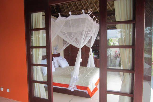 http://baliharmonyvilla.com/ Gorgeous canopy bed - Bali Harmony Villas