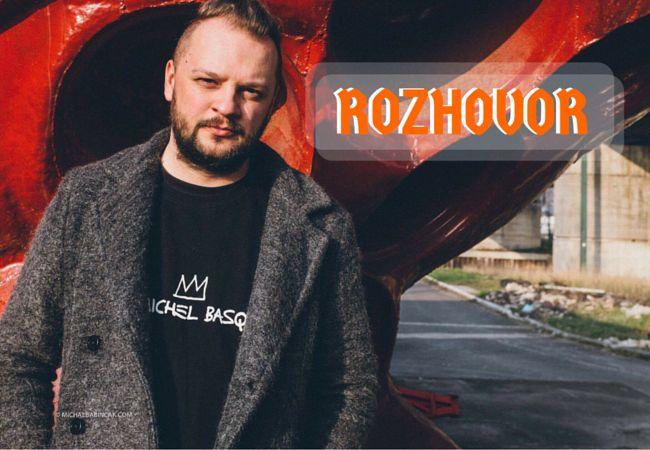 """Zdroj: Michal Babinčák      Martin """"Iso"""" Krajčír je hudobník vystupujúci pod známejším pseudonymom Isobutane. Venuje sa elektronike, minimalu a glitch-hopu. Okrem toho je neoficiálnym frontmanom a gitaristom skupiny The Ills. Ako Isobuta..."""