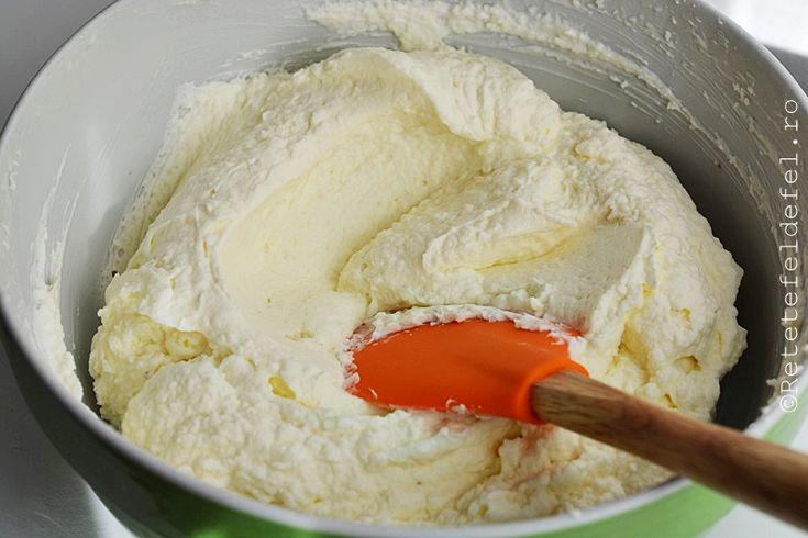 Crema de mascarpone cu nuca de cocos, reteta simpla. Crema de mascarpone cu frisca si fulgi de nuca de cocos pentru torturi si prajituri, gata in 10 minute.
