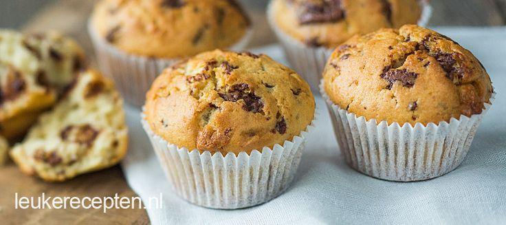 Deze muffins met stukjes witte en melk chocolade del je makkelijk uit op een feestje of verjaardag