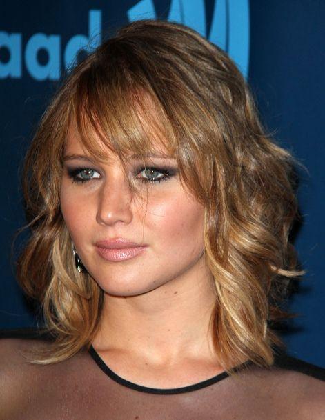 Jennifer Lawrence avec sa frange asymétrique et son carré flou