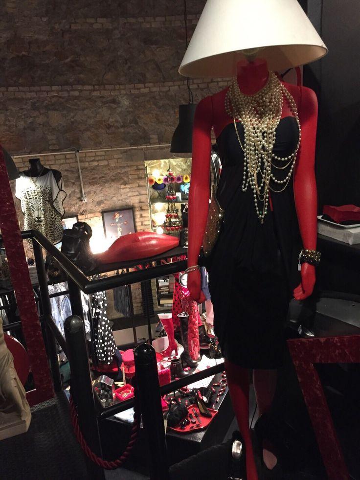 Outfit elegantissimo, composto da un tubino nero con scollo a cuore e collana con moltissimi fili di perle. #Roma #fashion #shopping #outfit
