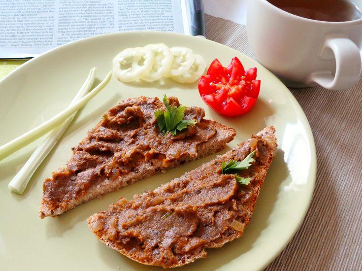 Gombakrém Íme egy recept, amivel színesíteni tudjuk a reggelit, uzsonnát, vacsorát.  Nagyon finom hidegen, de használhatjuk melegszendvicsre is.  Hozzávalók és recept: http://kertkonyha.blog.hu/2014/06/27/gombakrem
