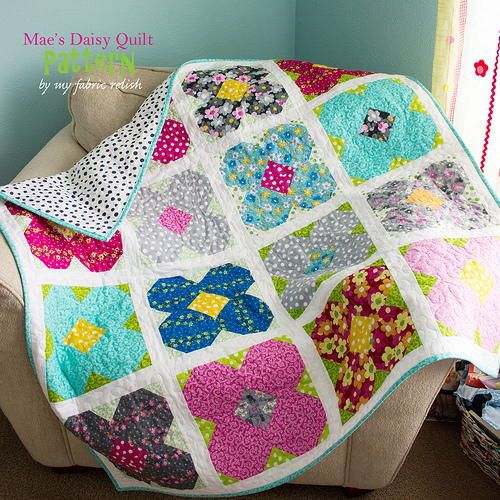 Mae's Daisy Lap Quilt Pattern | Spring is in full bloom with this free lap quilt pattern!