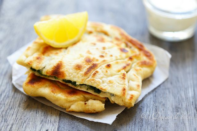 Et si on essayait les Gözleme de Un déjeuner de soleil : pain plat turc farci aux épinards et feta à cuire à la Plancha