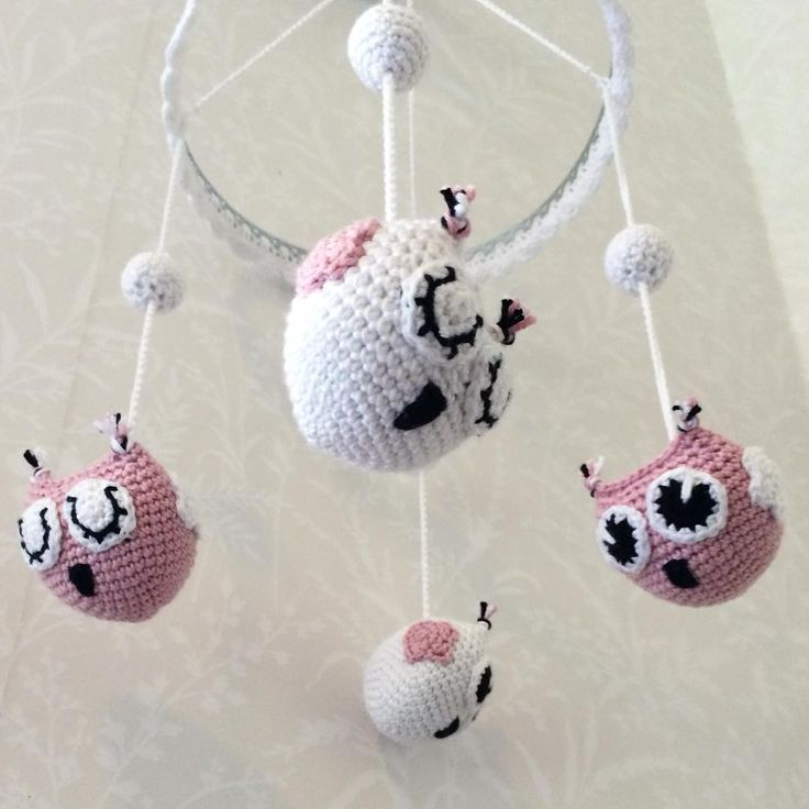 Virkad mobil med ugglor att hänga ovanför skötbordet eller sängen ☺️ Crochet  mobile with owls, hang over the crib or the changing table -------------------------------------- #mobile #beautiful #adorable #handmade #inspoforkiddos #inspoforflickor #nurseryinspo #newborn #babygift #etsyshop #etsy #nurserymobile #stroller #babyboy #babygirl #baby #owls #nurserydecor #nursery #babyshower #barnrumsinspo #bebis #etsygifts #gravid #bf2017 #bf2016  #barnvagnsmobil #barnevogn #klapvogn…