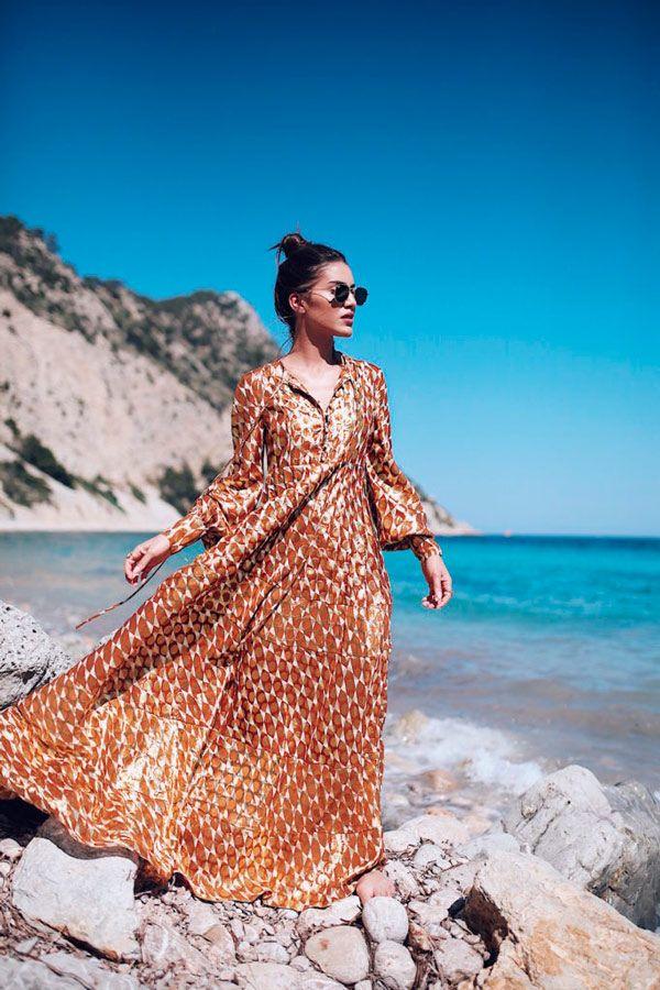 Camila Coelho. Adoramos a túnica em laranja metalizado - cor para ficar de olho!