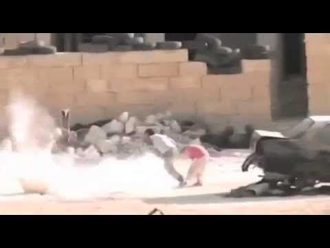 Enfant syrien qui sauve sa soeur d'un sniper de bashar al assad ! الطفل السوري البطل - YouTube