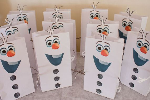 Planning a Frozen-themed party and want the cutest favor bags and snocone cups ever? Transform plain white paper sacks and cups into charming