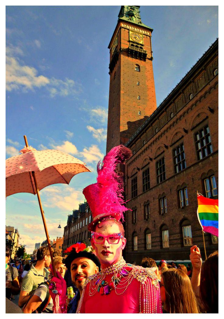 Drag Queen in pink by the Copenhagen´s City Hall.
