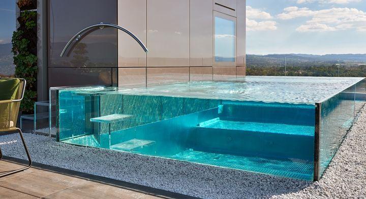 Piscines Carré Bleu l Tendance rooftop pools ! La piscine inox à paroi vitrée nous en met plein la vue !