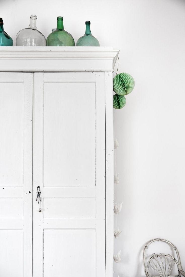 Wit met mint groen : vergelijkbare unieke oude witte kasten in landelijke brocantestijl vind je bij WWW.OLD-BASICS.NL webshop en loods vol meubels ; ook vintage en industriële stijl