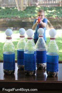 Tischtennisbälle auf Flaschen mit Steinen