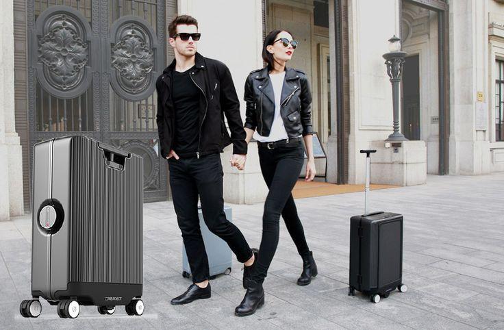 COWAROBOT R1 je plně autonomní chytrý kufr, který následuje svého majitele a přitom se umí vyhýbat překážkám v cestě. Umí také nabíjet mobil či tablet.