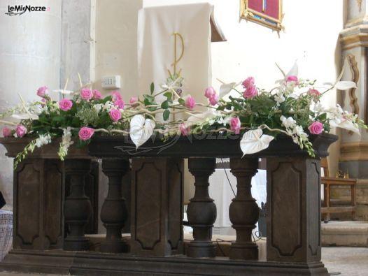http://www.lemienozze.it/gallerie/foto-fiori-e-allestimenti-matrimonio/img27406.html Addobbi per la cerimonia nuziale con fiori per il matrimonio bianchi e rosa