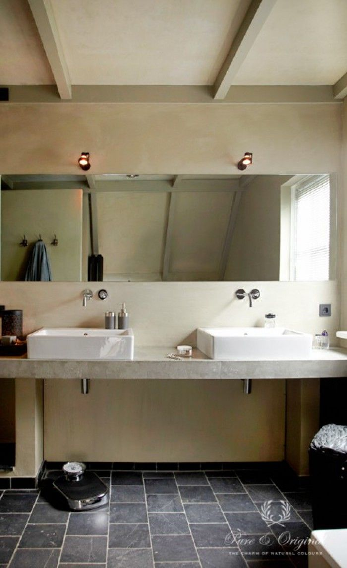 Mooie badkamer in kalkverf afgewerkt met de Dead Flat eco Sealer. Realisatie door Atelier op Zolder. Fotografie Sarah van Hove. Publicatie: Wonen Landelijke Stijl