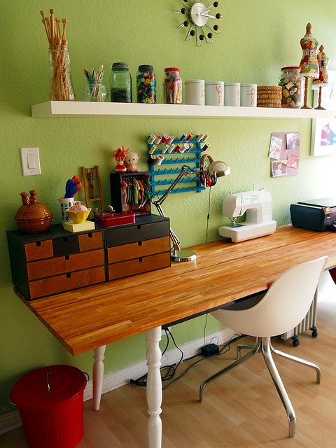 Craft Room Style I like the table....lots of extra space!   Looks like table legs with oversized top?  Use 2x4 to attach legs sturdy? Hmmm