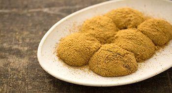 ツバメヤのわらび餅は、口の中で溶けるようなふわふわとろーり食感のわらび餅に、香ばしい深煎りきな粉が贅沢にまぶしてあります。