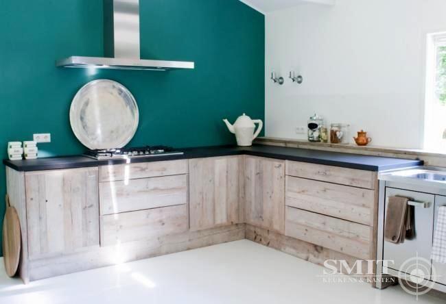 Keuken met steigerhout, blad van zwart beton. Kastjes mooi, blad te donker, leuk dat vensterbank doorloopt