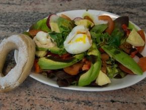 Für den Avocado-Eier-Salat die Eier hart kochen und vierteln. Avocado, Tomaten und Paprika waschen und würfeln. Salat waschen und in einer