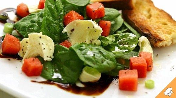 Салат из арбуза и шпината