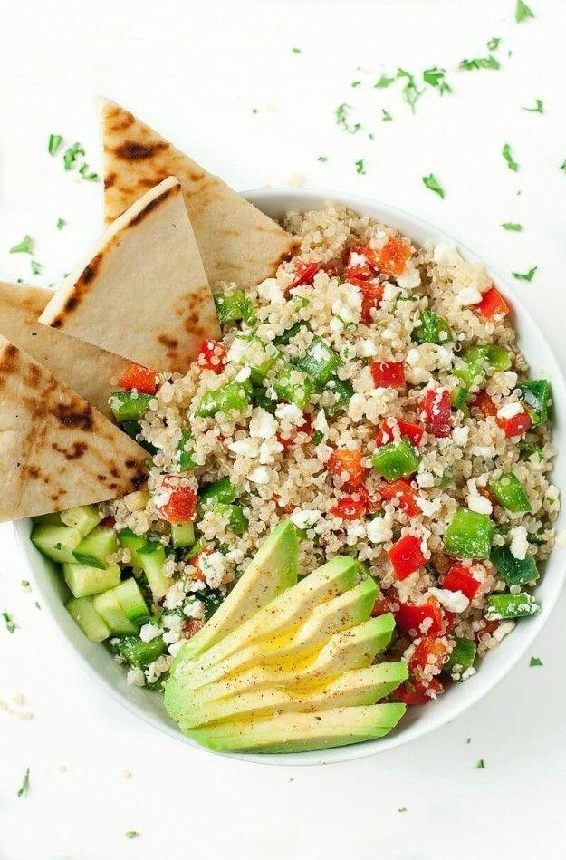 Tazón griego de quínoa. | 20 Recetas de cenas saludables que puedes hacer en 20 minutos