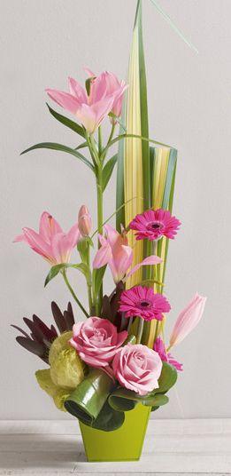 Fleurs Mariage : Destinée Composition graphique et élancée de lys et roses en camaïeu rose, contenant de 13cm environ