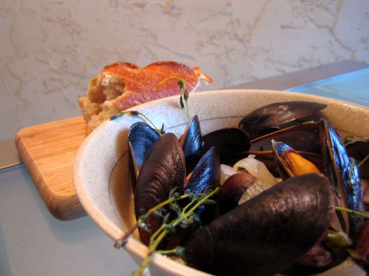 Mussels with thyme and white wine sauce
