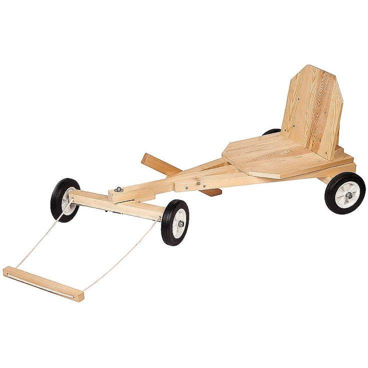 """Met deze Red Toolbox set maak je een Go Kart. Wat dat is? Een houten """"wagentje"""" waar je zelf in kunt zitten, je kunt sturen door de houten balk links of rechts naar je toe te trekken en rijd het beste als je bijvoorbeeld van een helling afgaat of je laat duwen door je vrienden. Retro speelgoed dat helemaal terugkomt. Maar...je kunt deze go kart dus helemaal zelf bouwen, hoe gaaf is dat?�"""