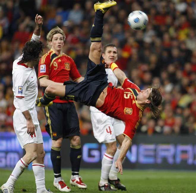 En esta imagen podemos observar una gran jugada , el jugador de la casaca numero 15 esta realizando una chilena ...... Los otros jugadores están como a la espera de lo que va a pasar después del impacto al balón.
