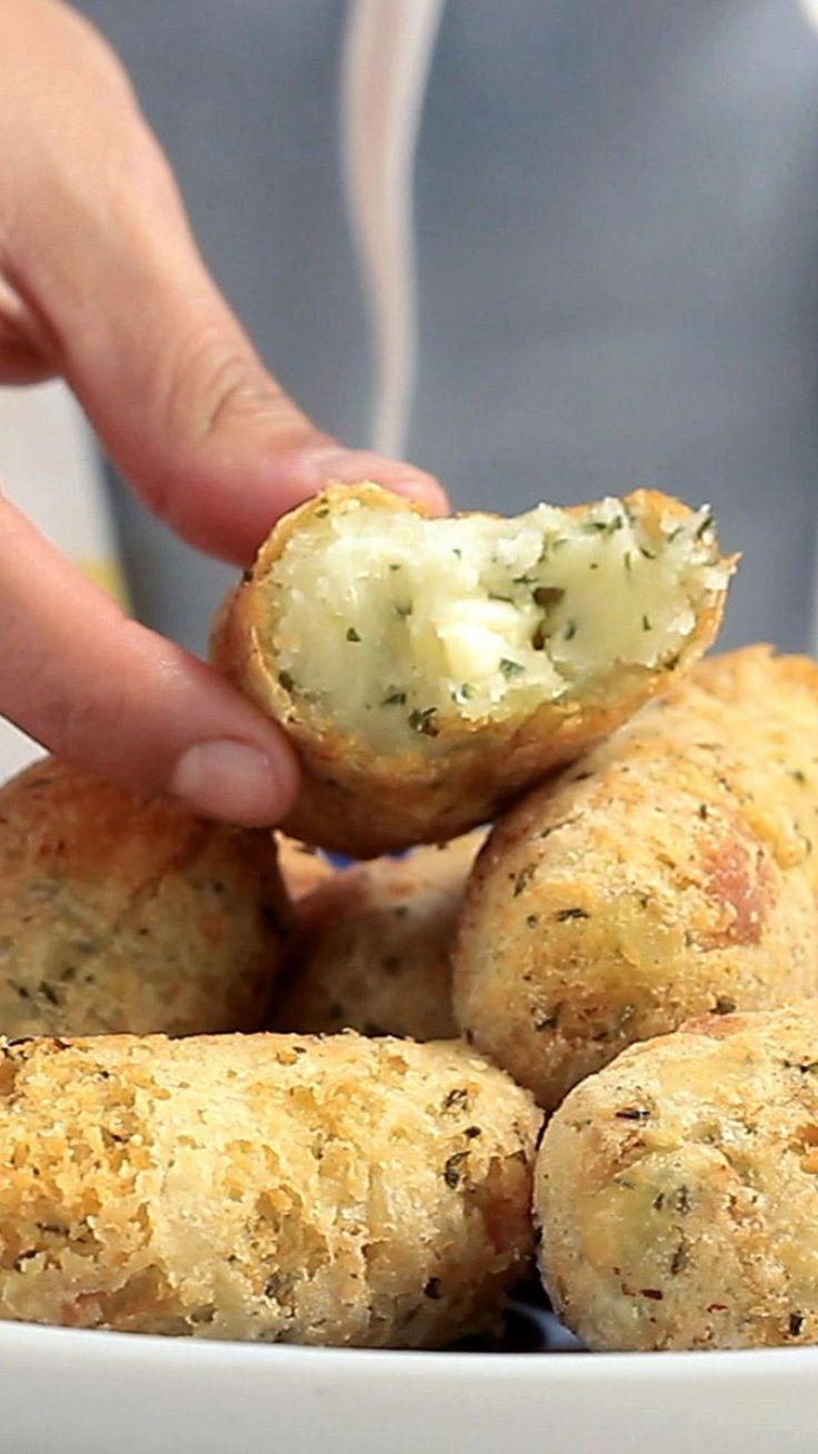 Bolinho de aipim super crocante com um delicioso recheio de queijo coalho.