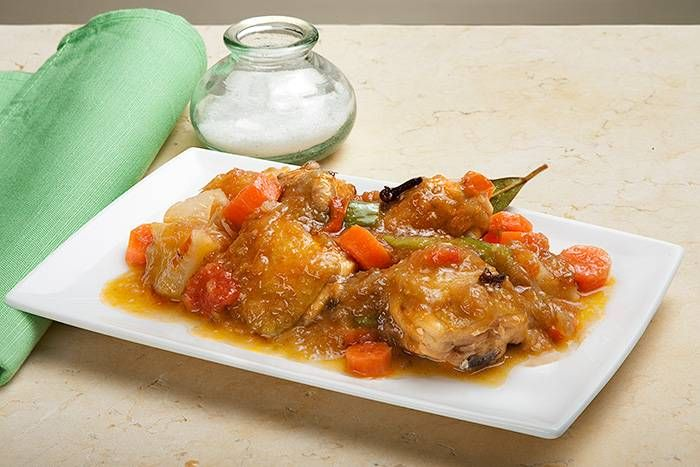 Estofado de pollo con patatas. Los platos de cuchara, como este estofado de pollo, son un billete de transporte directo a la casa de la abuela. ¿Recuerdas cómo se llenaba de los aromas que escapaban de la cocina?