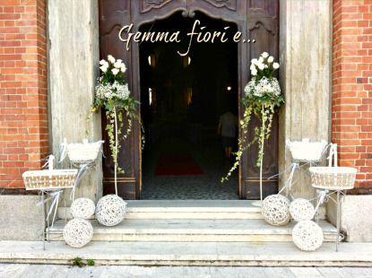 allestimento esterno Chiesa con cestini, sfere e composizioni di rose bianche, gisofila ed edera #matrimonio #weddingflowers #rose #bianco