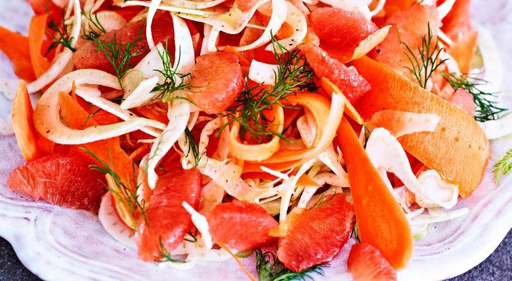 Recept på fänkåls- och morotssallad med grapefrukt. Grapefrukten friskar upp salladen och ger den god syrlig smak.