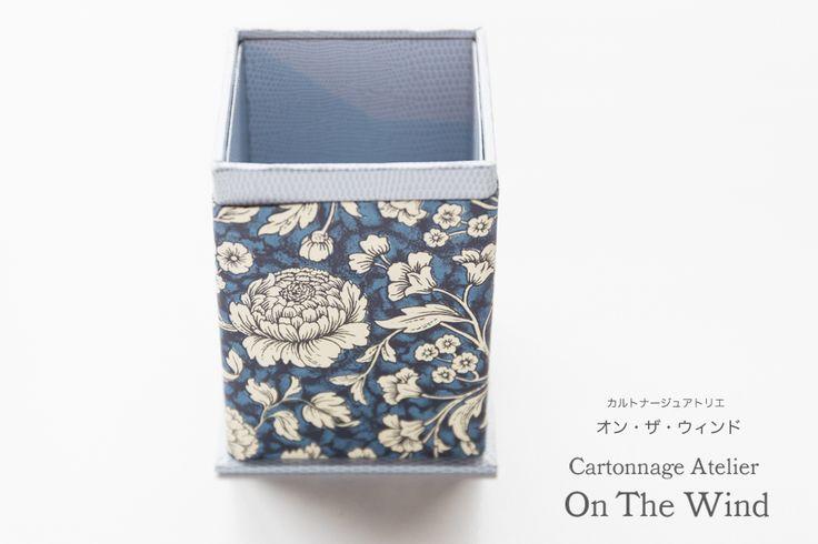 <K.I.さんの制作作品>ブルーグレーのスキバルに紺地の花柄プリントペーパーの組み合わせでペン立てを制作されたK.I.さん。<K.I.さんの制作作品>これ...