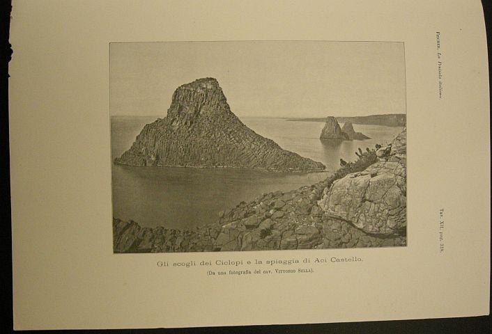 Gli scogli dei Ciclopi e la spiaggia di Aci Castello (da una fotografia del cav. Vittorio Sella). s.d. (ma 1902). Aci Castello - Sicilia - Scogli - Mare - Ciclopi -  veduta- Stampa - Geografia -  -