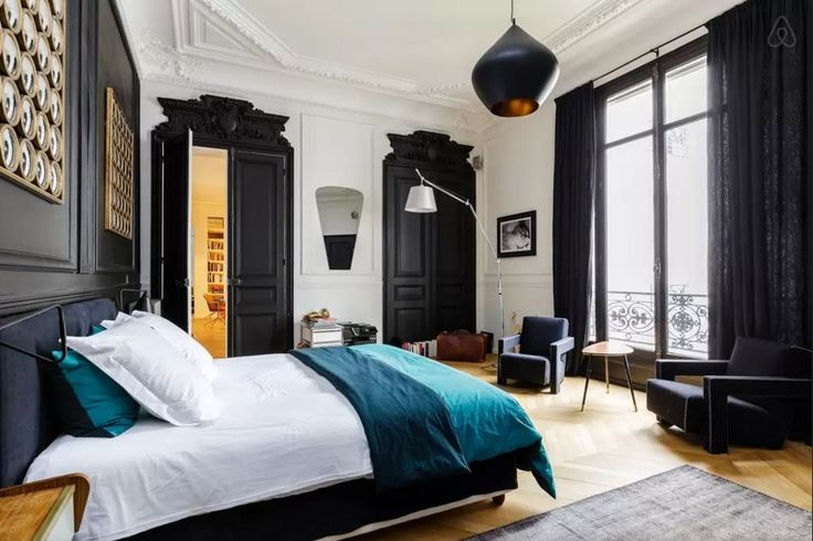 Black moldings and woodwork - Haussmann Paris apartment on airbnb
