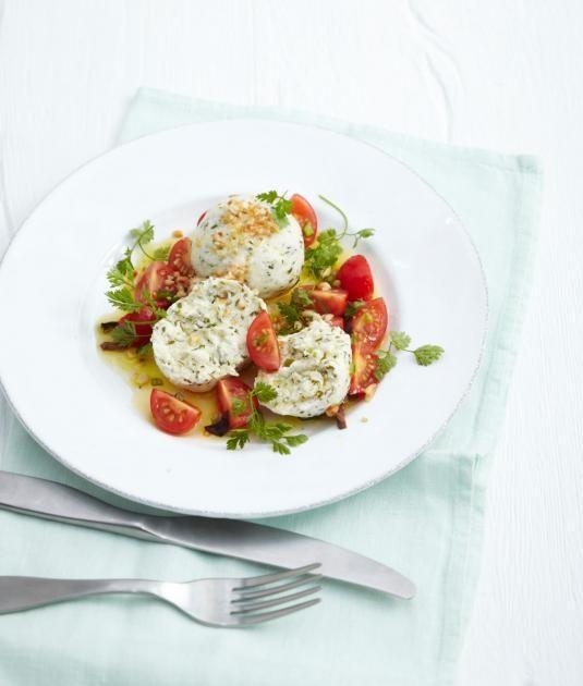 Kräuter-Quarkknödel mit Tomatensalat Rezept - [ESSEN UND TRINKEN]