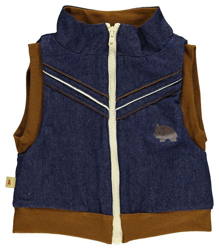 Super mooi mouwloos jeansjasje met rits van Albababy. Afgewerkt met bruin en wit. Heel mooi combinatie met baggy broek Brandon.