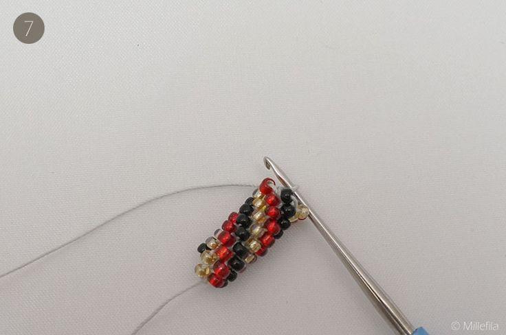 Schritt-für-Schritt Anleitung zum Perlenhäkeln mit vielen Fotos. Ich zeige dir, wie du kleine Perlen zu Ketten oder Armbändern verhäkeln kannst.