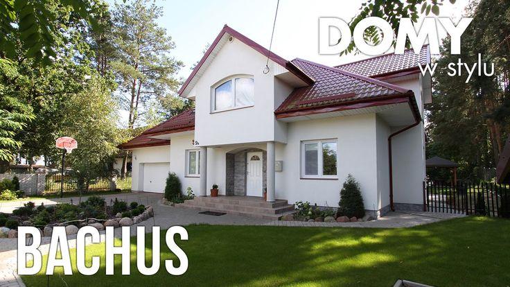 Bachus to duży dom o klasycznych proporcjach, zwartej bryle i symetrycznym froncie części głównej. Wnętrze parteru organizuje przestrzenny salon z kominkiem, połączony funkcjonalnie z jadalnią i kuchnią.  Na poddaszu znajdują się trzy wygodne pokoje i duża łazienka oraz strych. Ten reprezentacyjny dom, utrzymany w duchu podmiejskiej rezydencji, doskonale zaspokoi potrzeby mieszkaniowe 4 – 5-osobowej rodziny. #domywstylu, #mtmstyl, #filmy, #realizacja, #projekty, #bachus