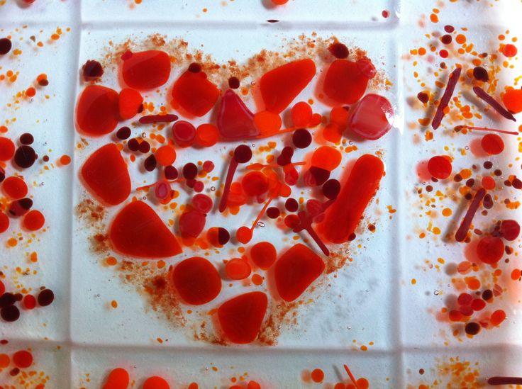 Detail aus einer Hochzeitsgeschenk: WünscheSchale: wunderschönes rotes Herz aus Glasstücken, Glaskröseln und Glasspaghettis