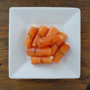 """– 4 """"folhas"""" de carpaccio de salmão marinado – 2 colheres de sopa cheias de cream cheese – dill à gosto – 1/2 limão siciliano – sal rosa do Himalaya à gosto – pimenta rosa à gosto"""