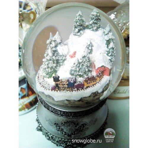 Стеклянный снежный шар со снегом и блестками внутри - Интернет-магазин снежных шаров | Паровозик в горах - Купить водяные новогодние шары,  сувениры, стеклянные шарики - с доставкой по Москве, России и СНГ | Все шарики - Стеклянный шар со снегом и блестками - Паровозик в горах - 2300.00руб.