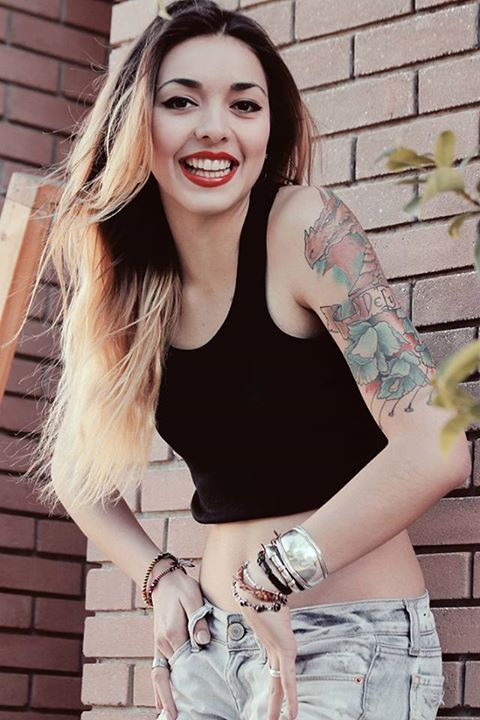 90s,jean,crop top,girl,tattoos,ombre.blonde,hair,dragon,inspiration,fashion,red,smile