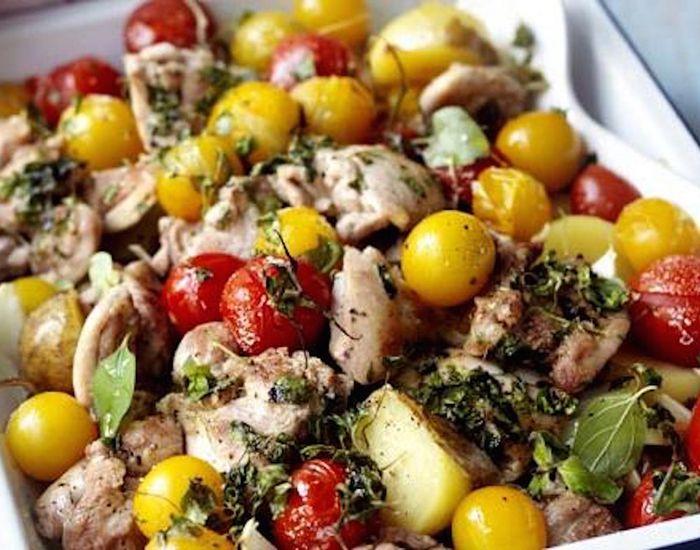 Krydret kylling med ovnbagte kartofler og tomater - Måltid